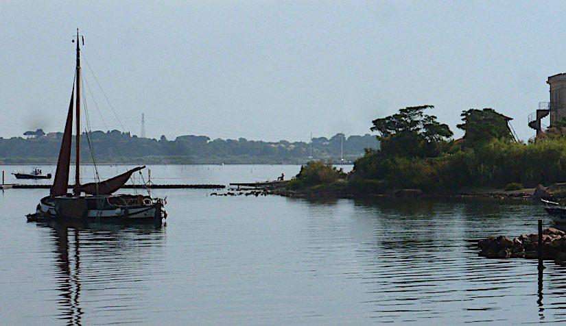 Une péniche hollandaise sur l'étang de Thau